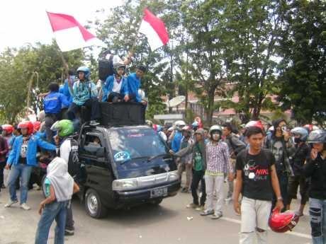 Demo BBM, Mahasiswa Untad Palu Bentrok dengan Polisi