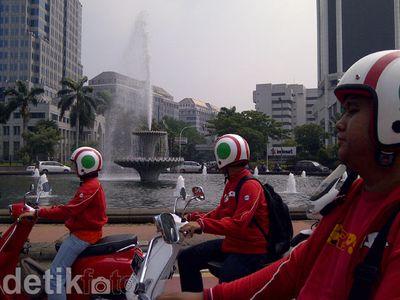 Asyiknya Keliling Jakarta Naik Vespa