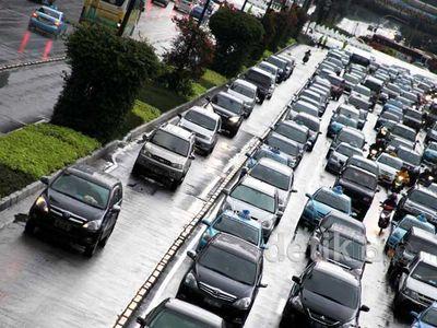 Bosan Macet, Mobil Pribadi Terobos Koridor I