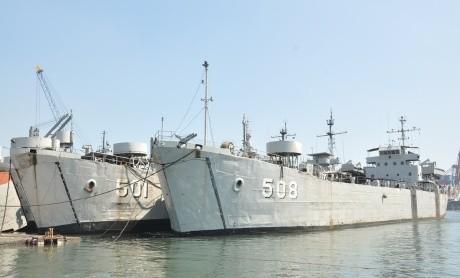 Empat Kapal Perang Landing Ship Tank Milik TNI AL Dipensiunkan