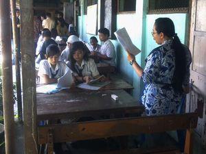 Bangunan Reot, Siswa Belajar di Teras Sekolah