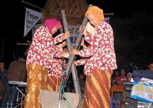 Musik Lesung Meriahkan Pasar Seni Cepu