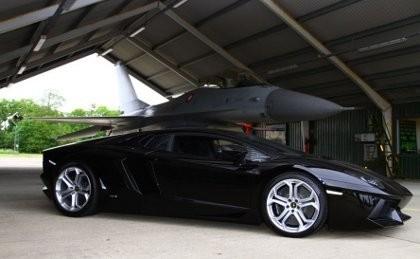 Lamborghini Aventador Vs Pesawat Jet F16, Siapa Menang?