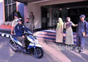 Wali Kota Depok Ngantor Naik Motor