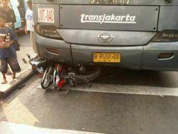 Pemotor Tertabrak TransJ di Jatinegara karena Masuk Busway & Menyalip