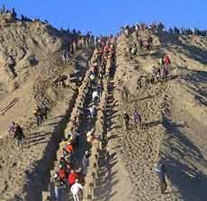 Ribuan Orang Tumplek Blek Ikuti Ritual Kasada di Bromo