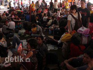 H-1 Lebaran, Stasiun Pasar Senen Masih Dipadati Pemudik