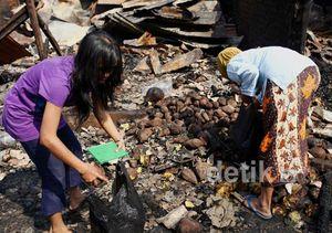 Mengais Sisa-sisa Kebakaran Pasar Turi Lama