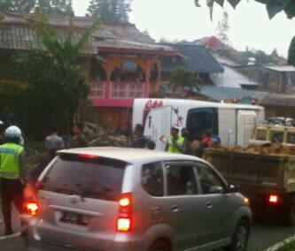 Bus Pariwisata Terguling di Jalur Puncak, 19 Penumpang Luka-luka