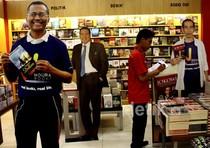 Banner Dahlan Iskan, Jokowi & CT Sapa Pengunjung Mal
