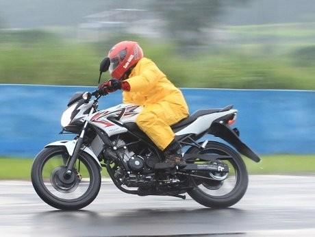 Basah-basahan dengan Honda CB150R StreetFire
