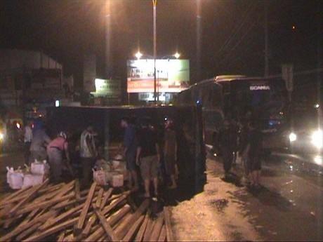 Bus Tabrak Truk, Jalur Pantura Kota Tegal Macet