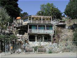 Ihh! Di California Ada Rumah Besar yang Terbuat dari Sampah