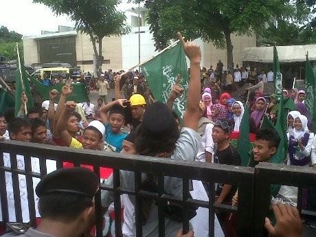 Ratusan Orang Protes Sidang Korupsi Ketua Fatayat NU Lasem di Semarang