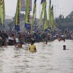 Menkokesra Kunjungi Posko Banjir di Kampung Pulo