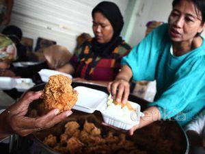 Korban Banjir Terima Makanan Gratis