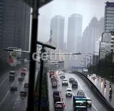 Hujan Deras Guyur Jakarta Malam Ini, Pengendara Diimbau Waspada!