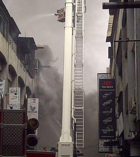 Kebakaran di Glodok Meluas, Kini Ada 8 Ruko yang Hangus