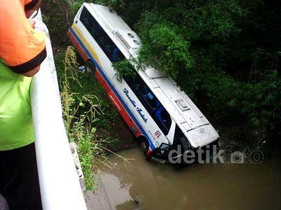 Bus Rosalia Indah Terjun ke Sungai