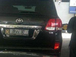Land Cruiser Berlogo DPR Asyik \Minum\ Premium di Cikini