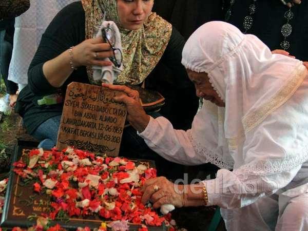 Isak Tangis Pecah di Pemakaman Tata Dado