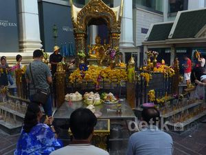 Meski Sibuk Warga Bangkok Taat Beribadah