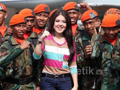 Tina Toon Dikelilingi Tentara