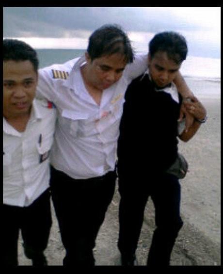 Penampakan Pilot Lion Air M Ghazali yang Dipapah Saat Evakuasi