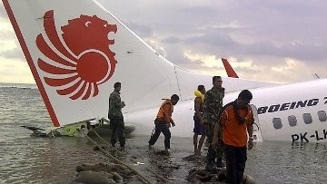 Evakuasi Pesawat Lion Air Tunggu Air Pasang