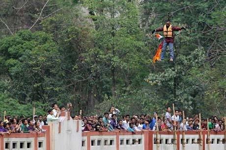 Pria India Tewas Saat Coba Pecahkan Rekor Melintasi Sungai dengan Rambut