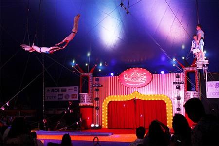 Penawaran Spesial Buy 1 For 2 \The Great World Circus\ dari BCA