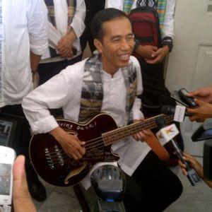 Jokowi Pamerkan Bass Milik Trujillo Metallica: Nih Gitarnya!