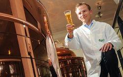 Pria Ini Digaji untuk Minum Bir