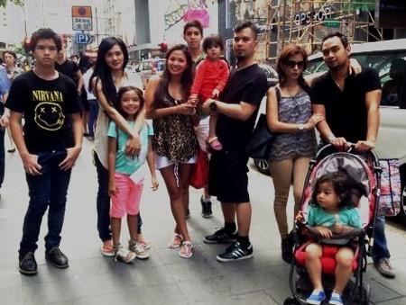 Asyiknya! Ahmad Dhani, Mulan dan Safeea Liburan ke Hong Kong