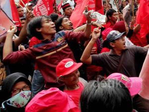 Demo BBM, Kantor Jero Wacik Dilempar Tomat