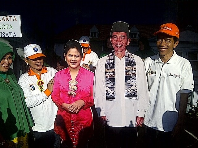 Didampingi Iriana, Jokowi Keliling di Bazar Monas