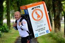 Galang Dana, Kakek 49 Tahun Lari 1.053 Meter Sambil Boyong Kulkas 42,5 Kg
