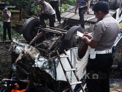 Polisi Olah TKP Kecelakaan Bus Giri Indah