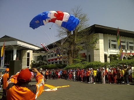 Turun di Gedung Sate, 3 Penerjun Payung Disambut Meriah