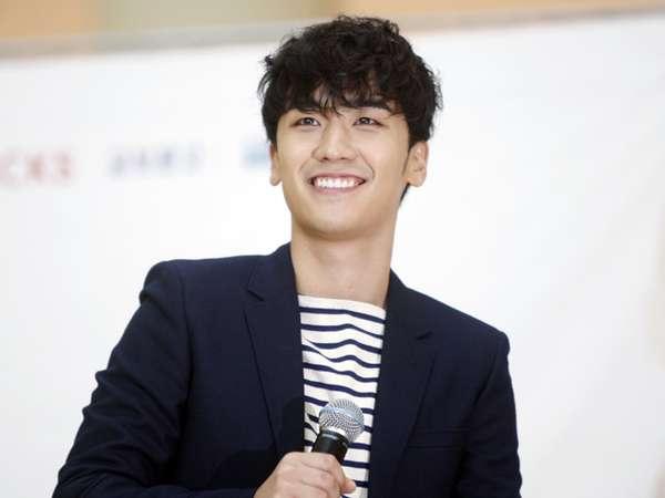 Gelar Fan-signing, Seungri Bigbang Tebar Senyuman