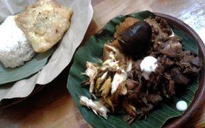 Menyantap Nasi Gudeg Komplit dan Ayam Sambel Bawang Sambil Lesehan