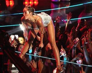 Twerking di MTV VMA, Miley Cyrus Batal Jadi Cover Majalah Vogue USA