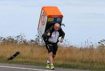 Berlari 1.053 Meter Sambil Gendong Kulkas, Pria Ini Cedera Tulang Belakang