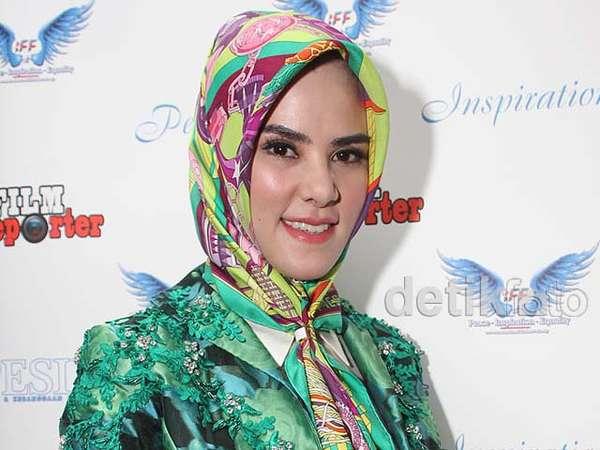 Hijab Tabrak Motif ala Angel Lelga