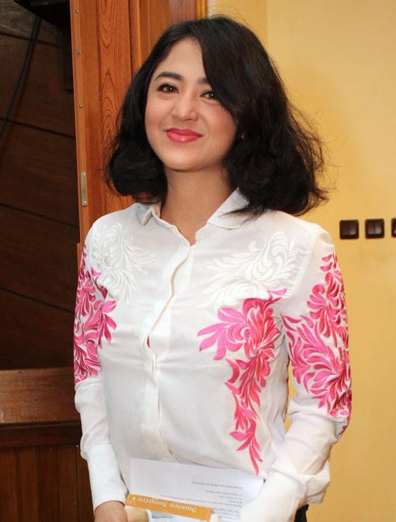 Dewi Persik Dikelilingi Banyak Lelaki di Film \Bangkit Dari Lumpur\