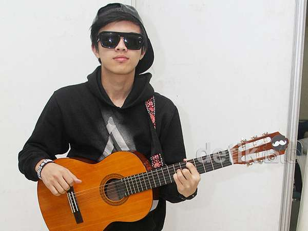 Bisma SM*SH Asyik Bermain Gitar