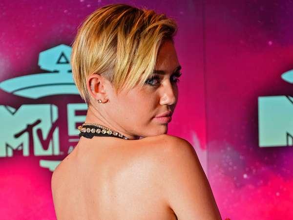 Miley Cyrus Pamer Punggung di MTV EMA 2013