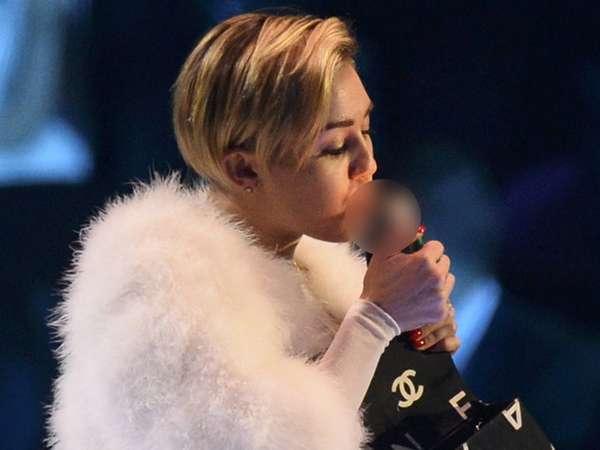 Raih Penghargaan, Miley Cyrus Merokok di Panggung