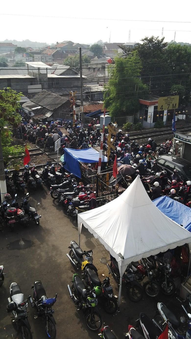 Ini Pintu Perlintasan Kereta Api Paling Horor di Jakarta