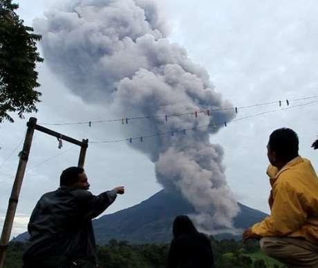 Gunung Sinabung Kembali Erupsi Malam Ini